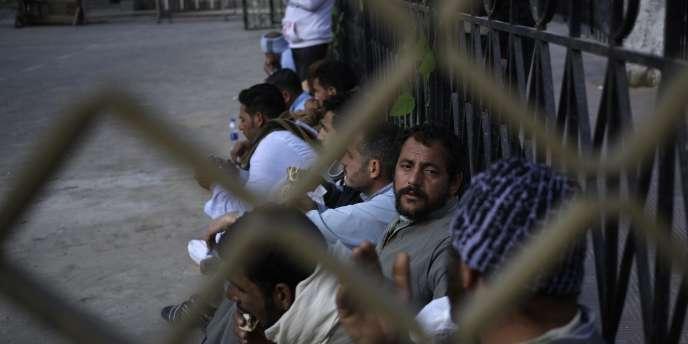 Des proches de certains des coptes enlevés par l'Etat islamique à Syrte, le 13 février.