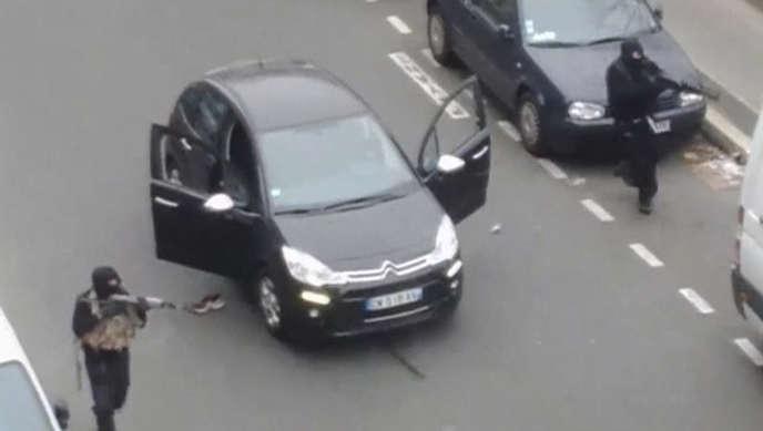 Les frères Kouachi, quelques minutes après leur attaque contre « Charlie Hebdo », le 7 janvier. « Le Monde » a eu accès à des éléments établissant que les frères Kouachi et Amedy Coulibaly se sont concertés pour préparer les attentats contre « Charlie Hebdo » et l'Hyper Cacher.