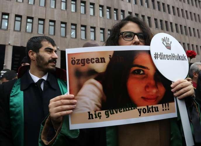 Manifestation en mémoire de Özgecan Aslan, jeune femme turque retrouvée morte à Mersin dans le sud de la Turquie.