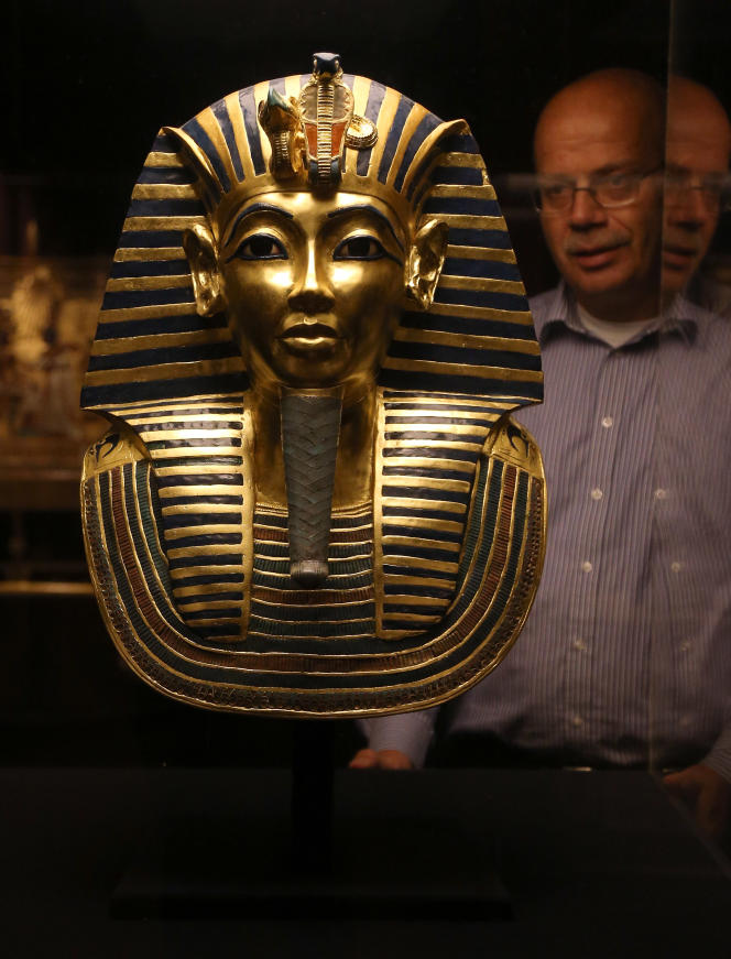 Masque funéraire en or du pharaon Toutankhamon, exposé à Dorchester (Royaume-Uni) en2012.
