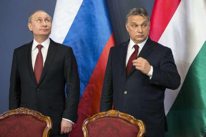 Le président russe Vladimir Poutine et le premier ministre hongrois Viktor Orban, ici lors d'un sommet en février 2015, sont vivement décriés par le parlement européen.