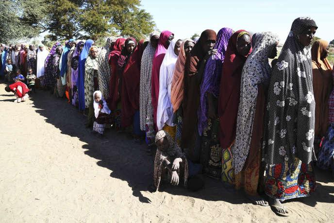 A Ngouboua (Tchad), des femmes attendent la distribution de denrées dans un camp de réfugiés.Le taux de fécondité est d'environ 6 à 7 enfants par femme dans les pays du Sahel. Cette disparité explique que, selon les Nations unies, les trois quarts de la croissance soient concentrés dans la région africaine intertropicale en2050.