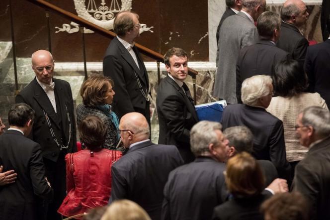 Emmanuel Macron, ministre de l'économie, de l'industrie et du numérique se retourne alors qu il sort de l'hémicycle après l'adoption de la loi Macron a l'Assemblée nationale par le premier ministre.
