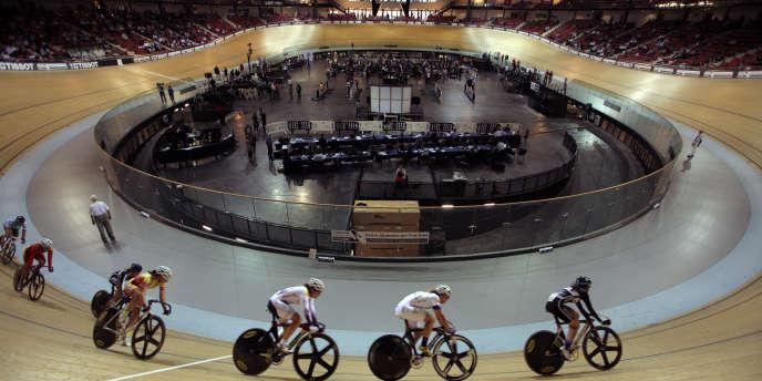 Construit, à l'origine, pour porter la candidature de paris aux JO 2012, le vélodrome national de Saint-Quentin-en-Yvelines, ici lors du Championnat de France cycliste, le 3 octobre 2014.
