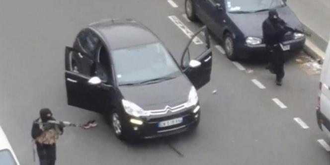 Des vidéos amateurs montrent les assaillants en fuite après la tuerie de Charlie le 7 janvier. (Crédits : Reuters)