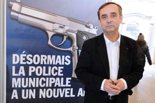 En février 2015, Robert Ménard décide d'armer sa police municipale.