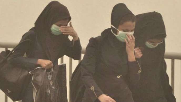 Des habitantes d'Ahvaz, en Iran, se protègent de la poussière.