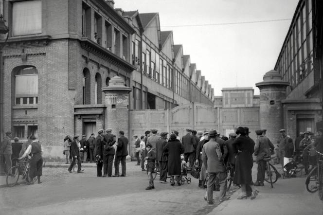 «L'instauration des congés payés en 1936 l'assimile au repos. Quelque 600 000 salariés partiront cette année-là pour la première fois deux semaines en vacances » (Des ouvriers grévistes stationnent devant le portail des usines d'aviation Farman à Boulogne-Billancourt lors des grandes grèves qui ont marqué le gouvernement du Front populaire en 1936).