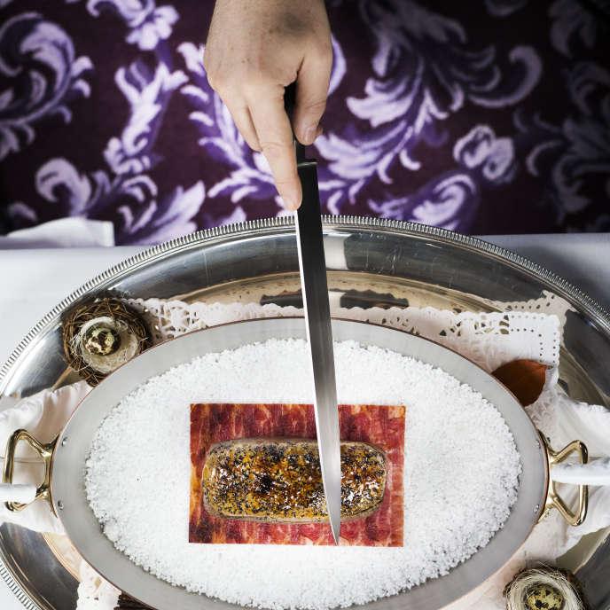 Du foie gras soudé à un filet de bœuf, le tout cuit à la perfection : le tournedos Rossini revisité par Joël Robuchon est une performance technique.