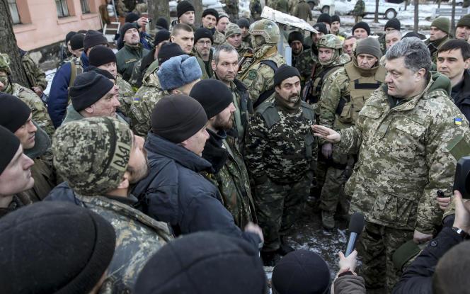 Petro Porochenko (à droite) devant des soldats ukrainiens,à Artemivsk,le 18février.