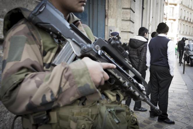 Devant l'école juive de la rue Pavée, dans le 4e arrondissement de Paris.