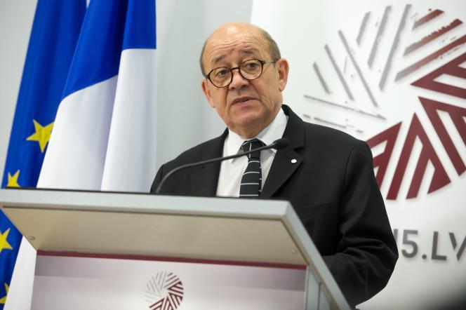 Le ministre français de la défense, Jean-Yves Le Drian, lors d'une conférence de presse à Riga, le 19 février, après une réunion avec ses homologues de l'Union européenne.