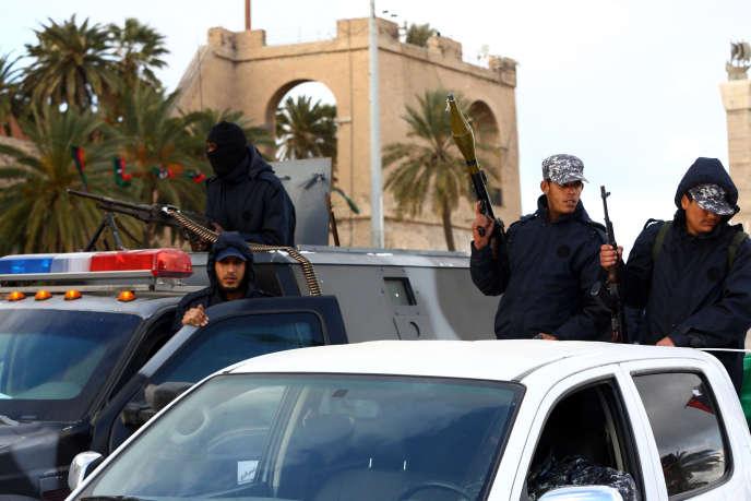 La Libye est plongée dans le chaos depuis la chute en 2011 de Mouammar Kadhafi, les autorités ne parvenant pas à contrôler les dizaines de milices formées d'ex-insurgés qui font la loi face à une armée et une police régulières divisées et affaiblies.