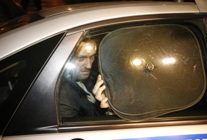 L'opposant russe Alexeï Navalny, jeudi 19 février, à la sortie du tribunal de Moscou.