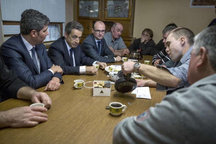 Nicolas Sarkozy lors de la visite d'un élevage de vaches charolaises, à Mellecey (Saône-et-Loire), le 19 février.