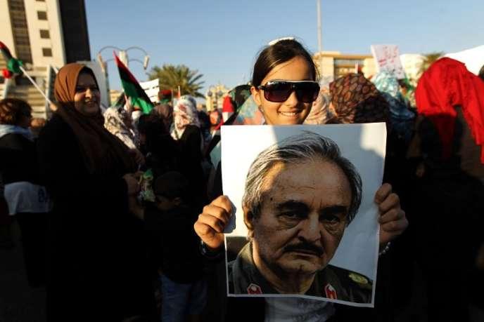 Manifestation de soutien au général Khalifa Haftar à Benghazi, en mai 2014.
