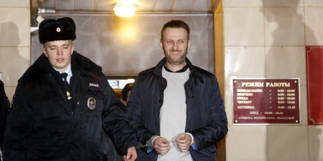 Alexei Navalny accompagné par la police pour être entendu la justice russe, le 19 février.
