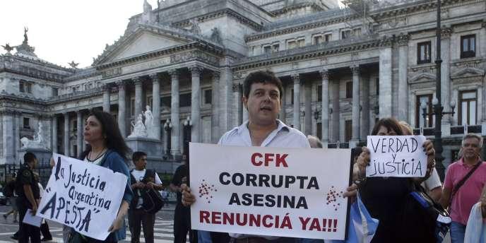 Lors d'une manifestation, le 4 février à Buenos Aires. Sur la pancarte : «CFK [Cristina Fernandez de Kirchner], corrompue et assassin, démissionnez maintenant !»