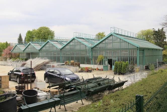 Dans le projet de la FFT, une partie des serres du jardin voisin sera intégrée au nouveau court de 5 000 places, une autre sera déplacée.