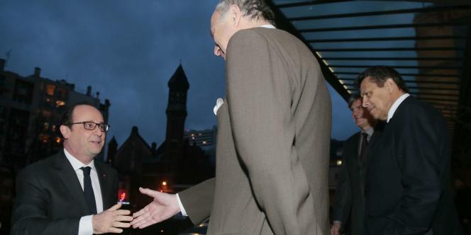 François Hollande serre la main de Laurent Fabius à son arrivée le 20 février à Paris au Forum sur l'agriculture et le changement climatique.