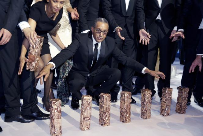 Abderrahmane Sissako et ses sept Césars, vendredi soir.