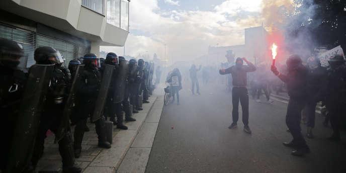 Des manifestants encagoulés ont jeté des pierres vers les forces de l'ordre, lors d'une manifestation à Nantes le 21 février. Ceux-ci ont répliqué avec des canons à eau pour tenter de disperser la foule.