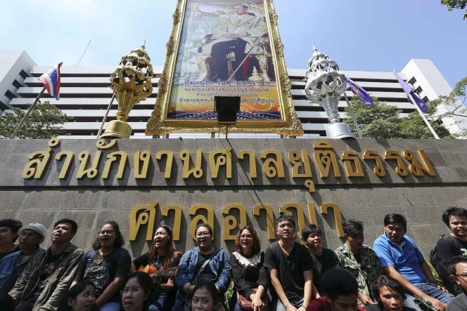 Des partisans de deux Thaïlandais accusés de lèse-majesté, le 23 février à Bangkok.