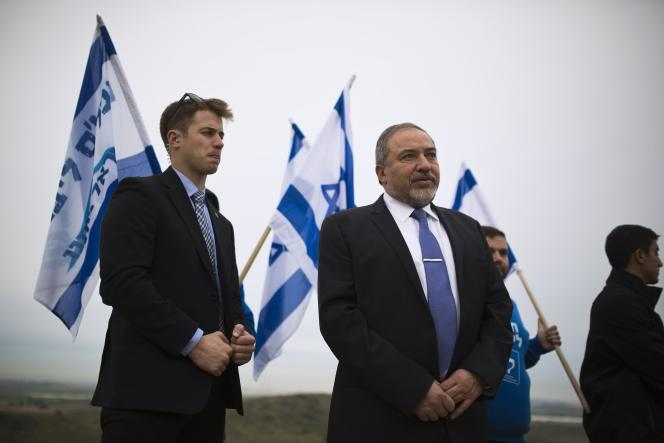 Le ministre israélien des affaires étrangères Avigdor Lieberman, en campagne près de Sderot (sud), le 23 février.