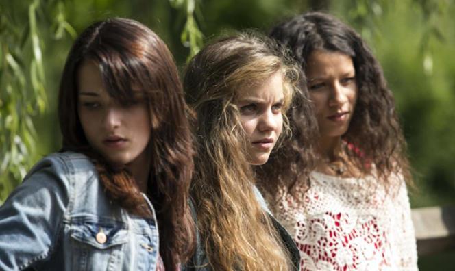 Athalia Routier, Galatea Bellugi et Najaa Bensaid dans le film français d'Hélène Zimmer,