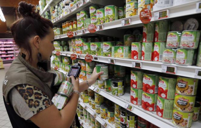Dans un supermarché de Lanton (Gironde) en août 2013. L'idée est de proposer un étiquetage avec une échelle de cinq couleurs (vert, jaune, orange, rose, rouge) établie en prenant en compte l'apport calorique, la teneur en sucres, en graisses saturées et en sel. La gamme des céréales est très large, allant du vert au rose.