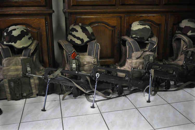 Le matériel de l'unité : gilets pare-balles, fusils Famas et casques.