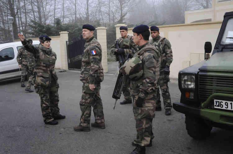 Le général Jean-Pierre Bosser inspecte les troupes devant la synagogue de Sainte-Geneviève-des-Bois. Avant les attaques du 7 au 9 janvier, Vigipirate mobilisait 900 soldats des forces terrestres.