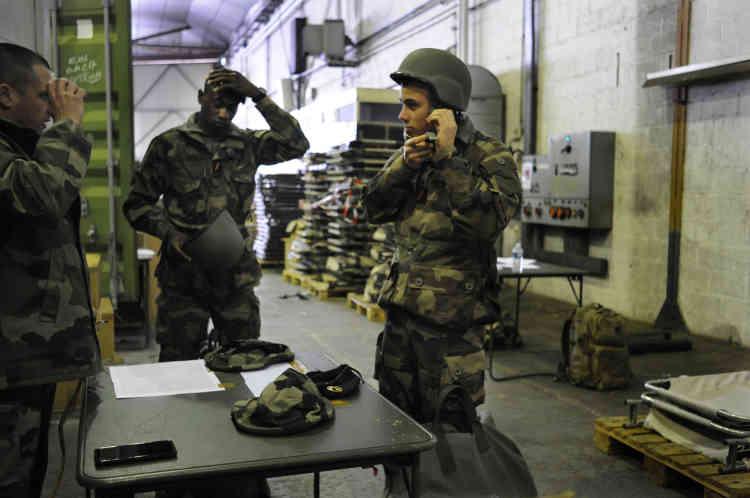 Des soldats du 2e RIM (régiment d'infanterie de marine) sur la chaîne de perception (la distribution du matériel) de la base de Brétigny-sur-Orge.
