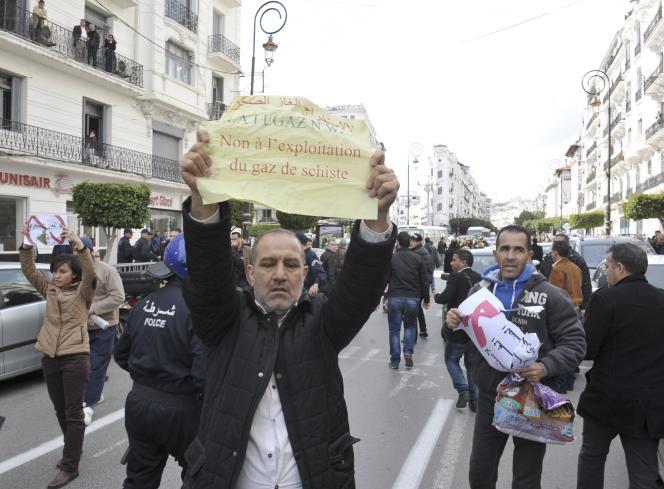Des opposants à l'exploitation des gaz de schistes, lors d'une manifestation à Alger, le 24 février.
