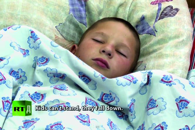 Depuis 2010, une centaine d'habitants de tous âges ont été victimes d'endormissements soudains. Comme cet enfant, filmé par une équipe de la chaîne de télévision RT (Russia Today).