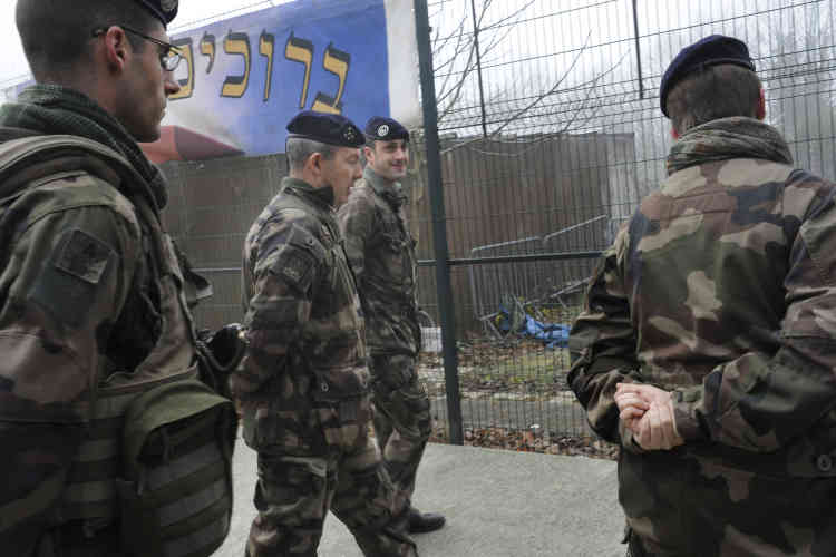 Visite du général Jean-Pierre Bosser, chef d'état-major de l'armée de terre, à une unité de l'opération « Sentinelle », dans une l'école juive de Savigny-sur-Orge (Essonne). « Sentinelle » désigne le déploiement de soldats sur le territoire national depuis le 7 janvier.