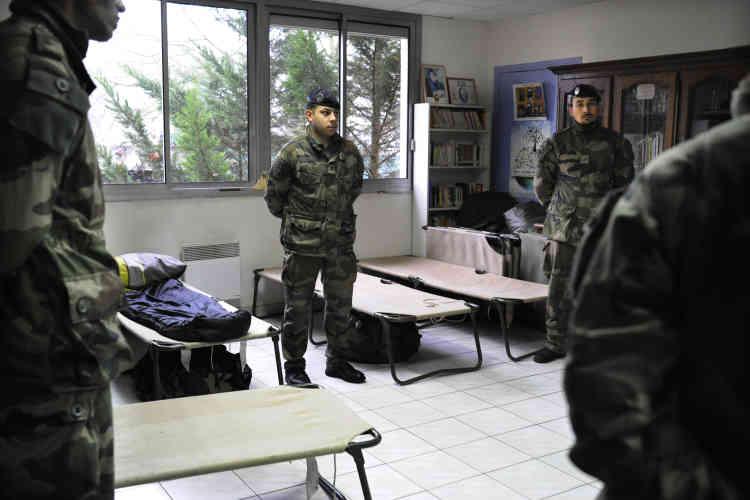 """Dans l'école, le surveillant général a libéré son bureau pour les soldats venus de Toulouse afin protéger le site. « Le monde a changé avec le terrorisme. Et janvier 2015 marquera une vraie rupture en France », souligne le patron de l'armée de terre, que """"Le Monde"""" a suivi durant une semaine."""