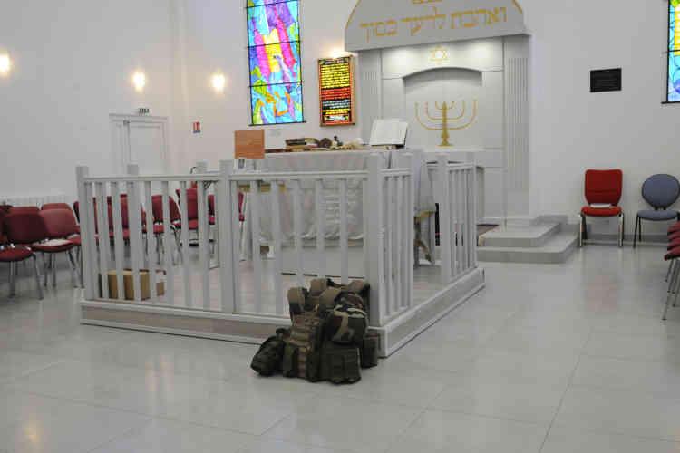 La synagogue de Sainte-Geneviève-des-Bois (Essonne), également sous protection des militaires. Plus de 700 sites ont été déclarés « sensibles ». Des lieux confessionnels pour 80 %, discrets confettis soudain révélés sur la carte des villes.
