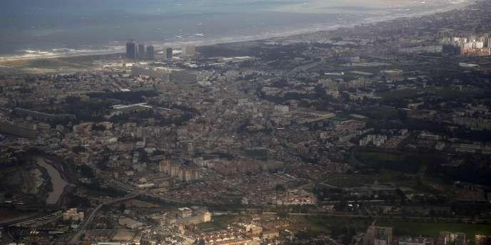 Une vue aérienne d'Alger, le 22 février. Le projet de budget 2017 algérien prévoit à nouveau une très forte baisse des crédits de l'équipement, alors même que des chantiers ont déjà été gelés.