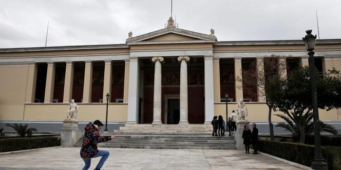 L'université d'Athènes a été érigée sous la « bavarocratie » et était autrefois surnommée « université othonienne ».