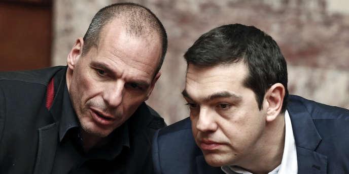 Le ministre des finances grec, Yanis Varoufakis, aux côtés du premier ministre, Alexis Tsipras, à la Vouli,le Parlement grec, le 18 février.