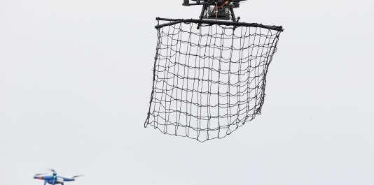 Un drone Intercepteur MP200 se prépare à attraper avec un filet un drone Phantom 2 de DJI à La Queue-en-Brie, à l'est de Paris, le 24 février 2015.
