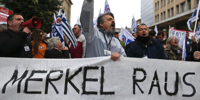 Des manifestants défilent avec une pancarte