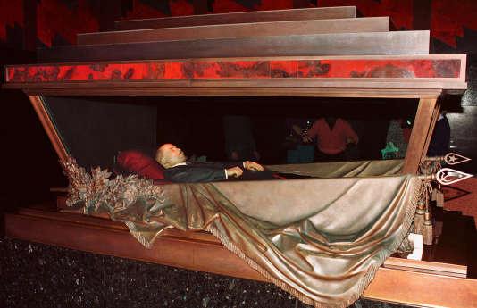 Quatre-vingt-quinze ans après son embaumement, la dépouille de Lénine est conservée dans un état quasi intact dans un mausolée situé sur la place Rouge, à Moscou.