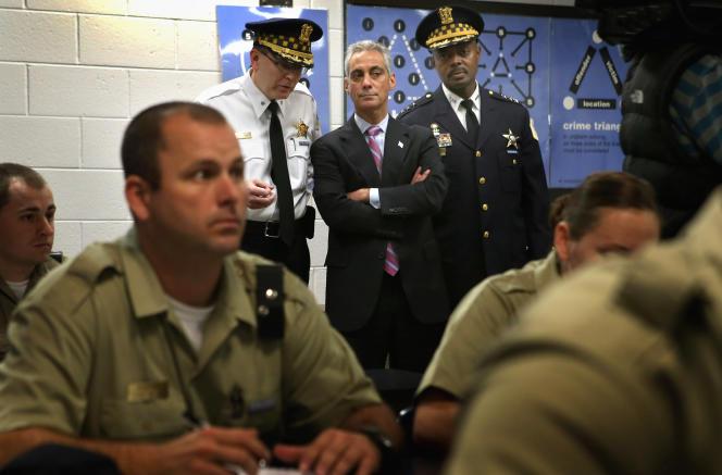 Rahm Emanuel, le maire de Chicago, visitant l'académie de police de Chicago, enoctobre2012.