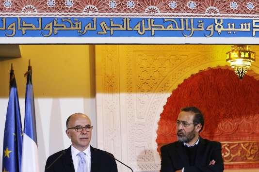 Bernard Cazeneuve et Tareq Obrou, imam de la mosquée de Bordeaux, en 2015.
