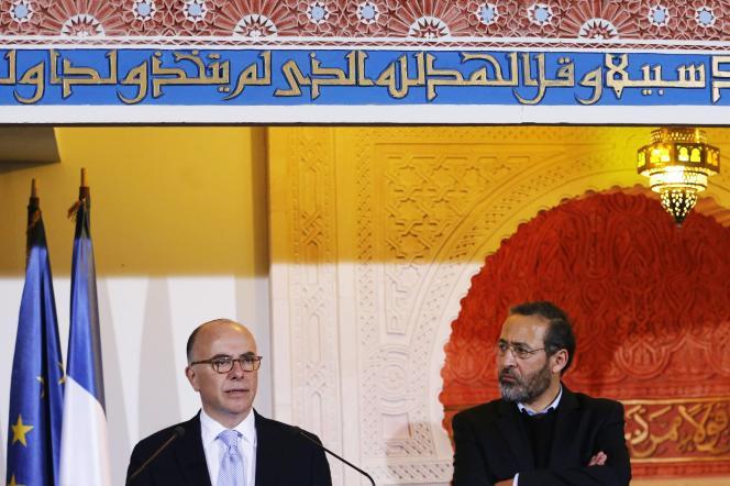 Bernard Cazeneuve, ministre de l'intérieur, et Tareq Obrou, imam, recteur de la grande mosquée de Bordeaux, le 25 février 2015.
