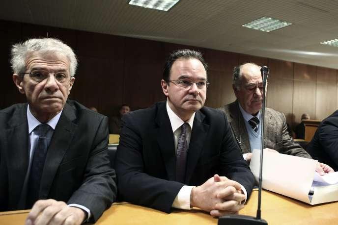 L'ex-ministre grec des finances, Georges Papaconstantinou, entouré de ses avocats, devant la Cour suprême grecque, à Athènes, le 25 février.