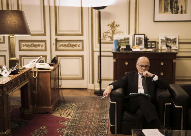 Le ministre de l'Intérieur, Bernard Cazeneuve,  dans son bureau de la place Beauvau, mardi 24 février.