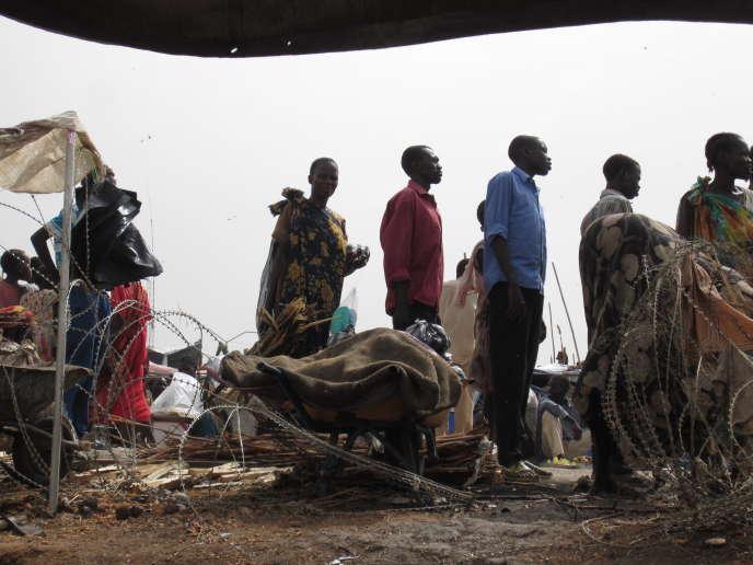 Des populations, victimes des conflits au Soudan du Sud, en attente d'aide humanitaire, en mars 2014.